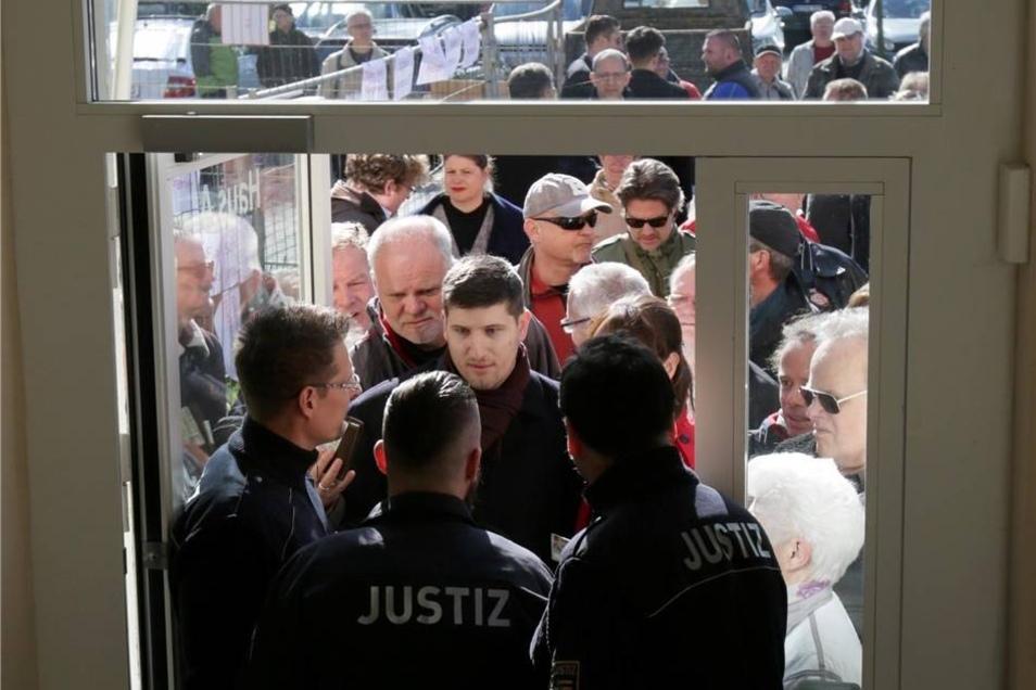 Etwa 100 Personen waren gekommen. Auch viele Journalisten befanden sich unter den Wartenden. Einige erhielten erst nach Beginn der Verhandlung Einlass.