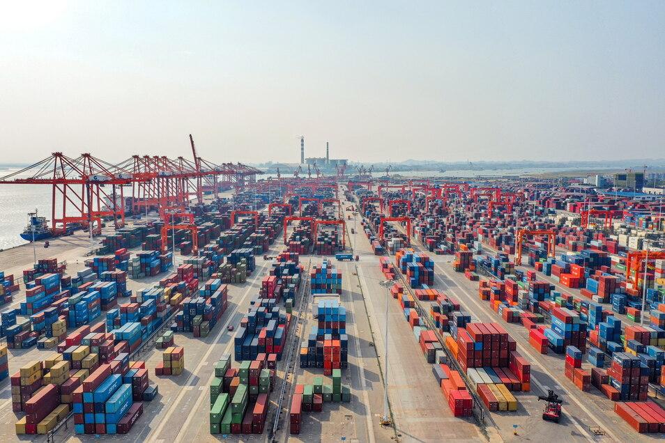 """China, Qinzhou: Container stehen an einem Hafen in einem Terminal der Firma """"Beibu Gulf Port"""". Chinas Außenhandel wächst weiter stark."""