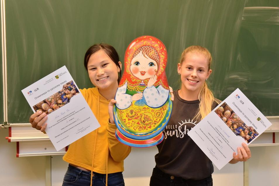 Lisa-Thao Vu (li.) und Luna Windisch vom Weißeritzgymnasium Freital haben die Russischolympiade mit Bravour gemeistert.