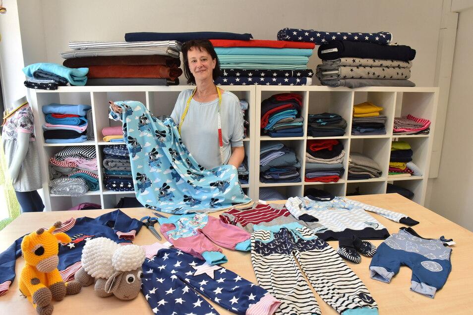 Carina Milbrand in ihrem neu eröffneten Geschäft mit selbst geschneiderten Babymoden in Freital.