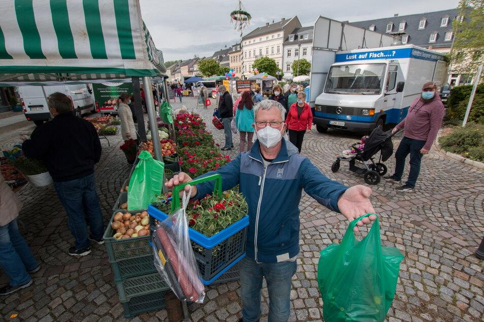 Uwe Böse aus Waldheim hatte beim Frischemarkt im Mai frische Blumen und Salami ergattert. Auch für Sonnabend versprechen die Organisatoren eine bunte Vielfalt an Produkten.