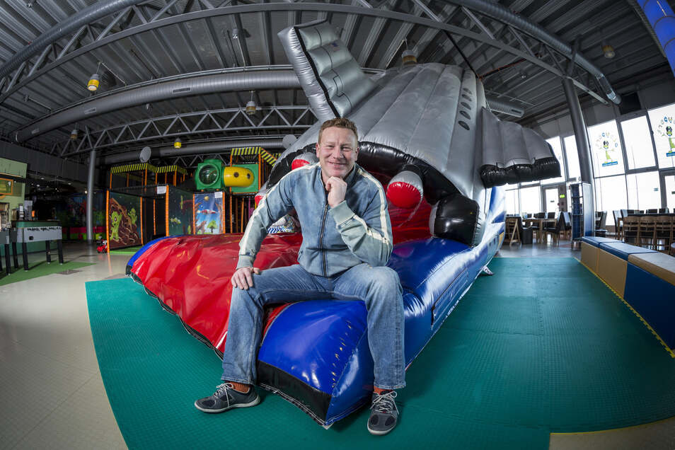 Im Januar 2014 sitzt Mario Otto, Gründer des Dresdner Indoor-Spielplatzes Playport, auf einer aufblasbaren Rutsche in Form eines Spaceshuttles.