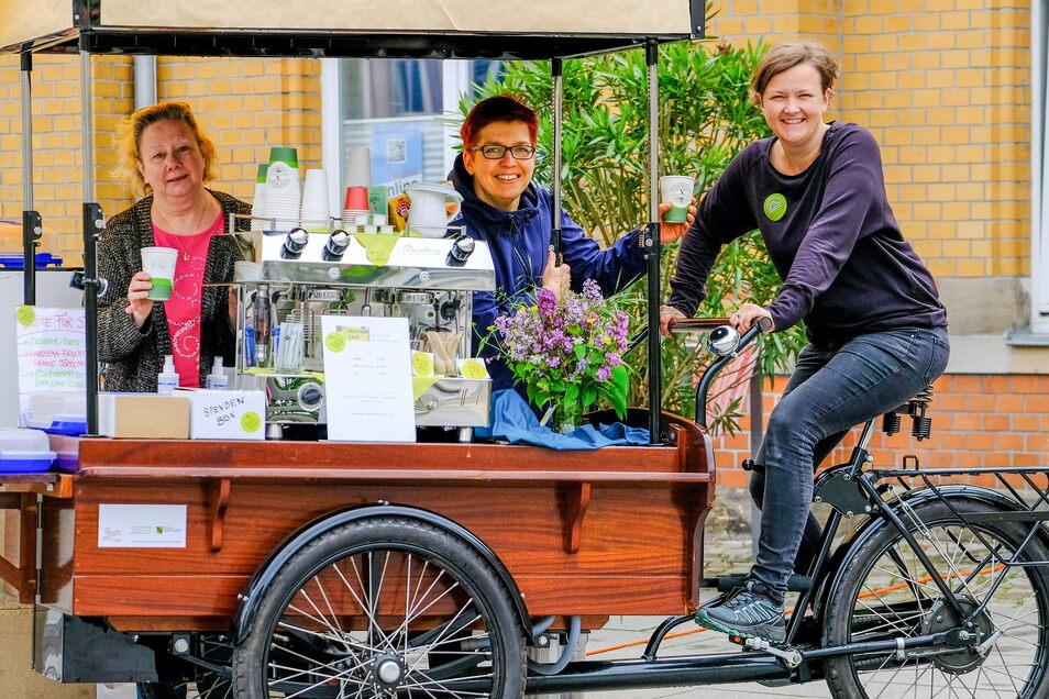 Ute Gommlich, Maria Berg-Holldack und Edna Ressel (v.l.n.r.) bieten am Freitag wieder Kaffee und Kuchen in Radebeul-Ost an. Das Kaffeemobil steht nun jeden Freitag vor dem Kultur-Bahnhof.