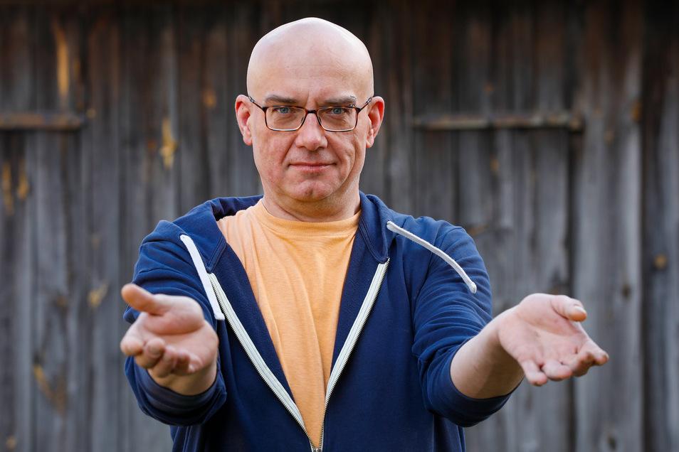 Der Fotokünstler Tilo Schwalbe aus Dittelsdorf kann wegen einer verschobenen Hand-Operation kaum arbeiten.