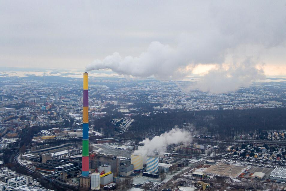 Der französische Konzeptkünstler Daniel Buren hatte vor Jahren den 301,80 Meter hohen Heizkraftwerk-Schornstein in Chemnitz farblich gestaltet. Später wurden noch 1.200  LED-Lichter angebracht.