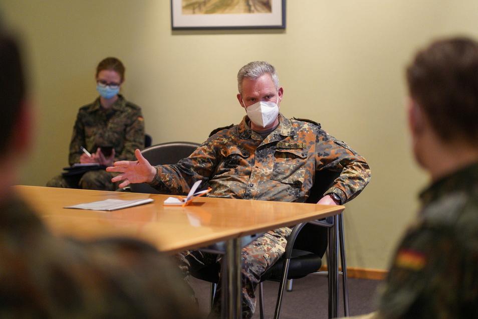 Bundeswehr-Generalarzt Dr. Bruno Most besuchte am Donnerstag das Krankenhaus in Bischofswerda, um mit den vor Ort helfenden Bundeswehrsoldaten und der Klinikleitung zu sprechen.