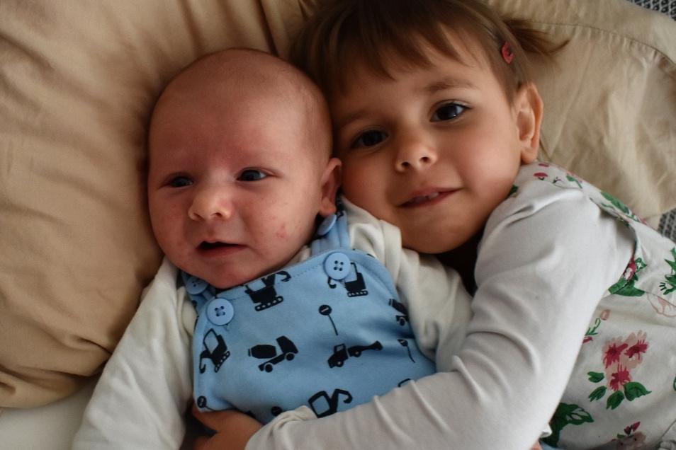 Charlie mit Schwester Greta, geboren am 6. April, Geburtsort: Dresden, Gewicht: 3.990 Gramm, Größe: 51 Zentimeter, Eltern: Karoline Schnappauf und Thomas Rietscher, Wohnort: Dresden (Kamenz)