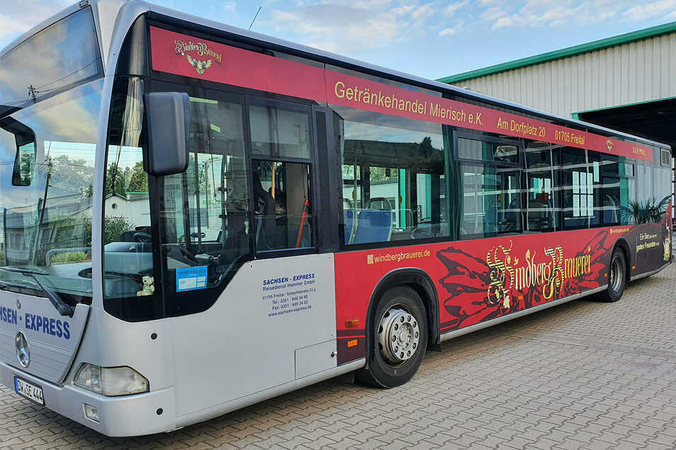 Der Bus ist im Freitaler Stadtverkehr unterwegs - mit dem Maskottchen der Windbergbrauerei, einer Eule,