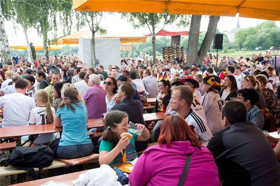 Viele Dresdner haben sich das Spiel  gegen Portugal geminsam angeschaut - wie hier im Fährgarten Johannstadt.