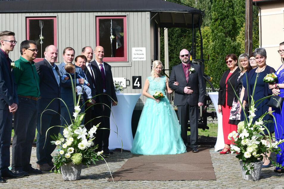 Heiko Firle und Conny Gärtig - jetzt ebenfalls Firle - waren das zweite Hochzeitspaar, das sich am Sonnabend im Waggon des legendären Sachsenzuges das Ja-Wort gab.