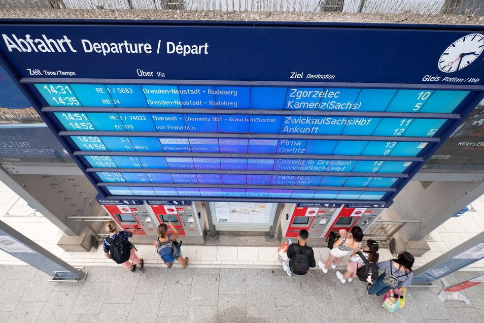 Fahrgäste der Deutschen Bahn wie hier in Dresden haben wegen des Streiks weiter mit zahlreichen Zugausfällen und Verspätungen zu kämpfen.