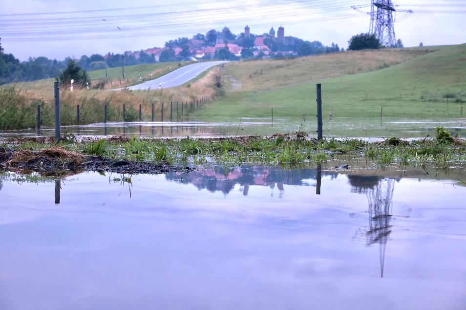 Binnen kurzer Zeit verwandelte sich die Einfahrt und die angrenzende Wiese in einen Teich.