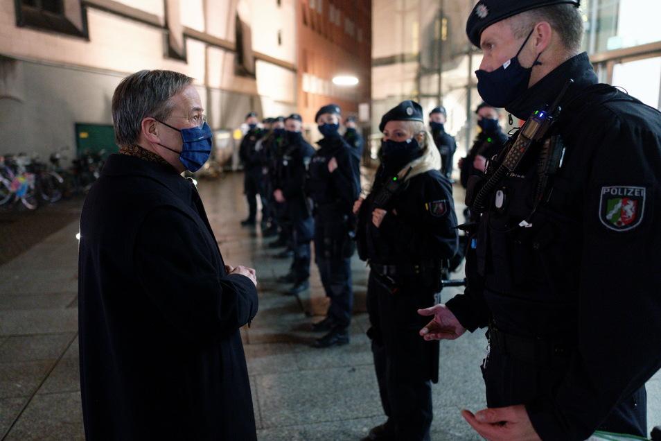 Köln: Armin Laschet, Ministerpräsident des Landes Nordrhein-Westfalen, besucht am Silvesterabend den Hauptbahnhof, um sich über die Arbeit der Polizei zu informieren.