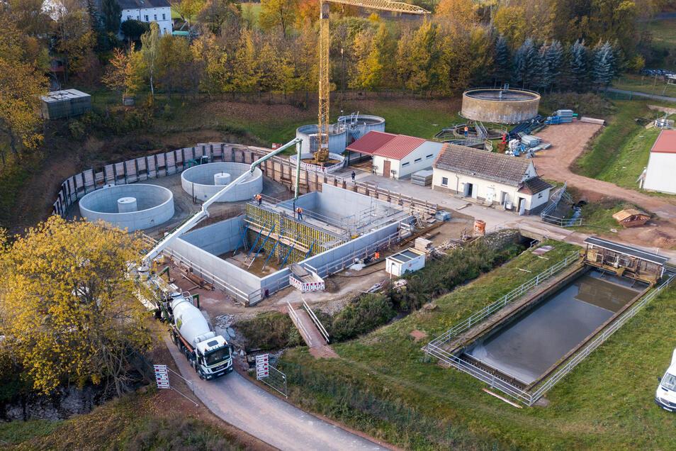 An der Steinaer Straße in Hartha entsteht eine moderne Kläranlage. Zurzeit wird an den Belebungsbecken gebaut. Kürzlich wurde die Trennwand der Becken errichtet. Foto: Dietmar Thomas