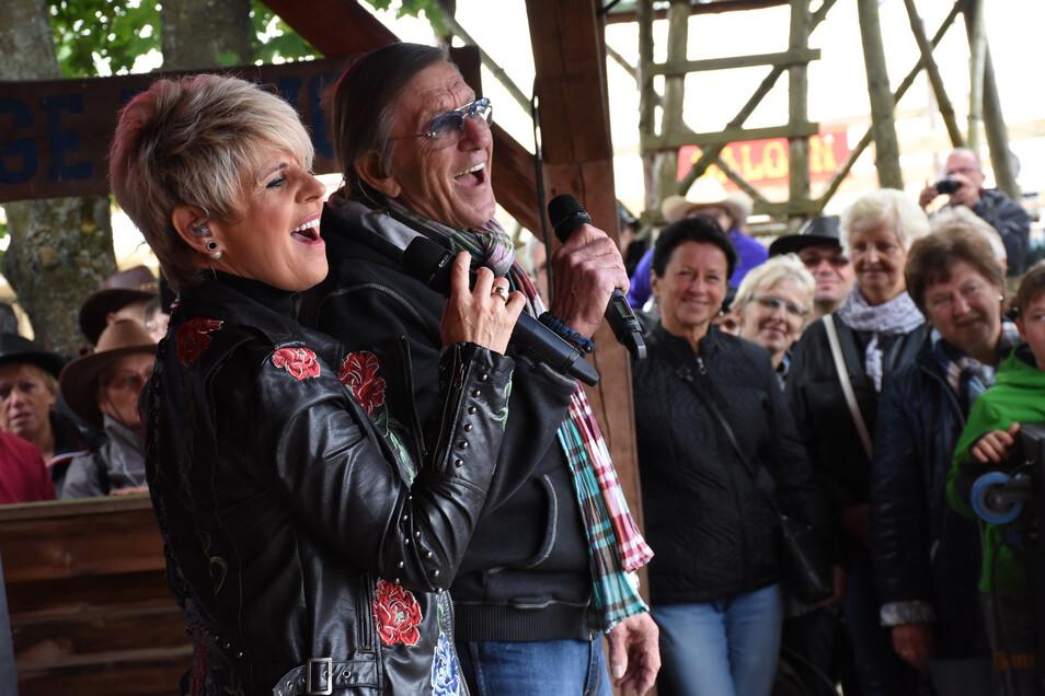 Linda Feller und Jonny Hill singen gemeinsam auf der kleinen Bühne in Daubitz.