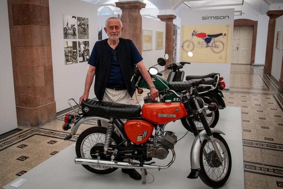 Karl Clauss Dietel präsentiert in den Kunstsammlungen Chemnitz ein Simson-Moped, das er einst gemeinsam mit Lutz Rudolph entworfen hat.