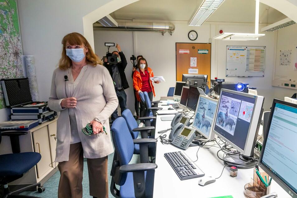 So sieht das Landestierseuchenbekämpfungszentrum in Dresden aus - ein Kellerbüro mit vielen Bildschirmen. Sozialministerin Petra Köpping (SPD, vorne) kündigte dort Neues zur Schweinepest an.