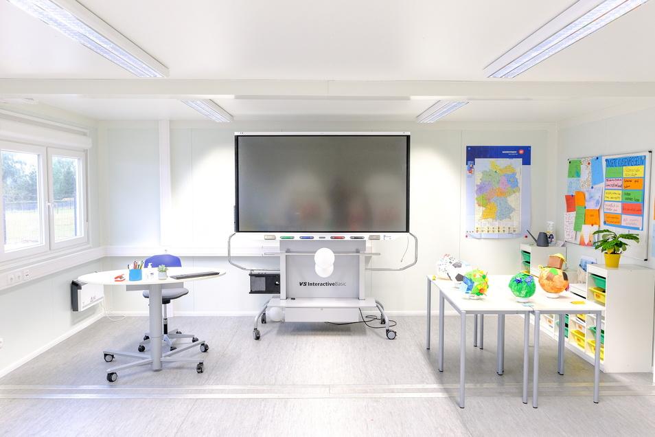 Keine Kreide und kein Schwamm — die Klassenzimmer des neuen Gymnasiums wurden mit digitalen und interaktiven Tafeln ausgestattet.