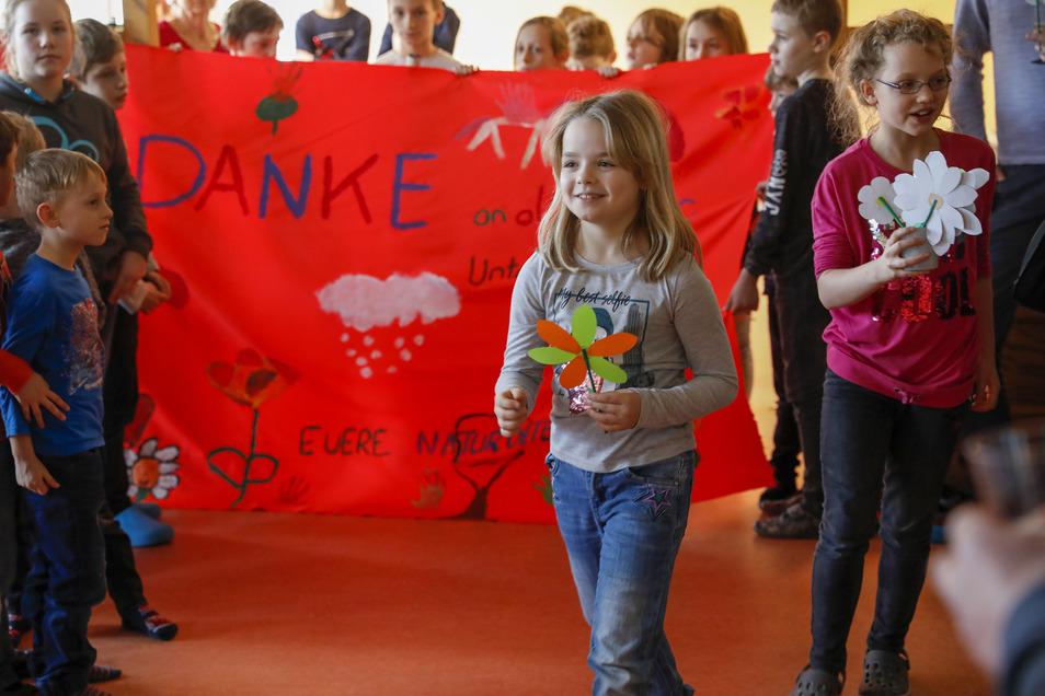 Zur offiziellen Eröffnung des Hortes in Hirschfelde haben die Kinder ein Banner und Blumen gebastelt - als Dankeschön.