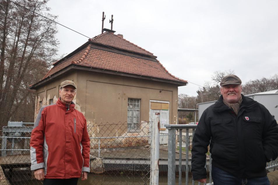 Der 2020 gegründete Heimat- und Kulturverein Turbinenhaus Weißkollm setzt sich für den Erhalt ein. Thomas Rösler (l.) und Rolf Möbius gehören zu den 16 Mitgliedern des Vereins.