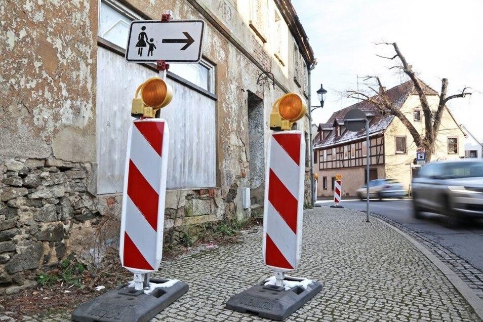 Auch an  der etwas weiter stadteinwärts gelegenen Hauptstraße musste der Gehweg gesperrt werden.