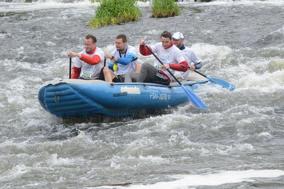Das Durchfahren des Reißigwehres auf der Neiße zwischen Nieder Neundorf und Rothenburg verlangt Geschicklichkeit und Mut. Trotzdem werden Bootstouren auf der Neiße immer beliebter. Auch darüber berichtet die Sommerserie.