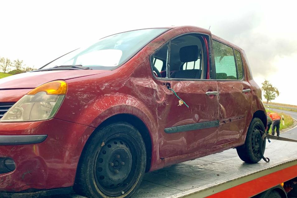 Der Unfallwagen war im Straßengraben gelandet.