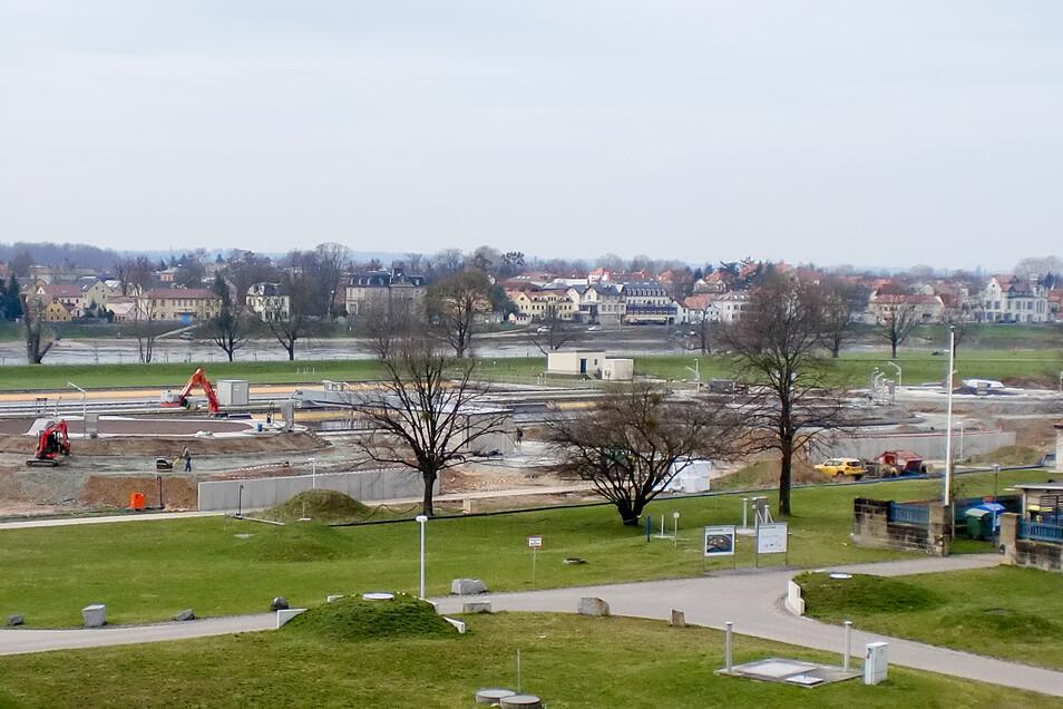 Ein Blick auf die Fläche mit den neuen Hosterwitzer Schlammspeichern unweit der Elbe.