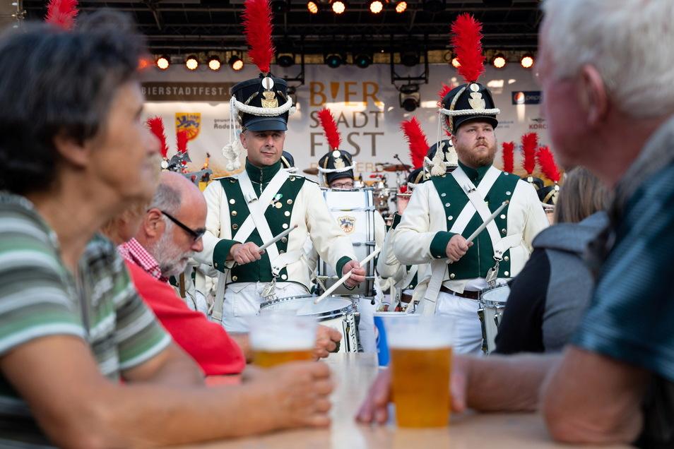 Vor dem Anstich war der Radeberger Spielmannszug auf den Platz marschiert und gab ein kurzes Konzert.
