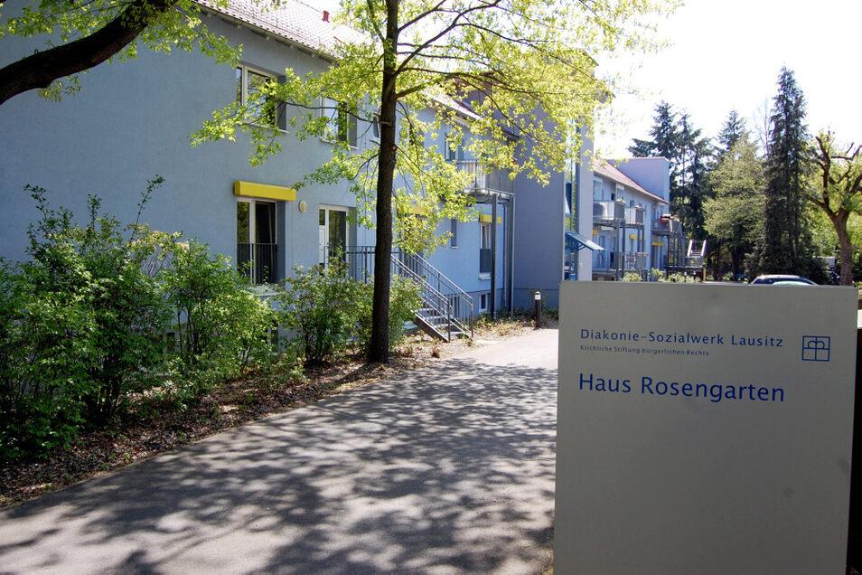 """Haus Rosengarten in Hoyerswerdas Alter Berliner Straße 2. In und um diese Altenpflege-Einrichtung der Diakonie """"Libera"""" herum regt sich Unmut – nicht wegen Corona-Einschränkungen, sondern wegen scheinbar unverschämter Mehrbelastungen von Bewohner"""