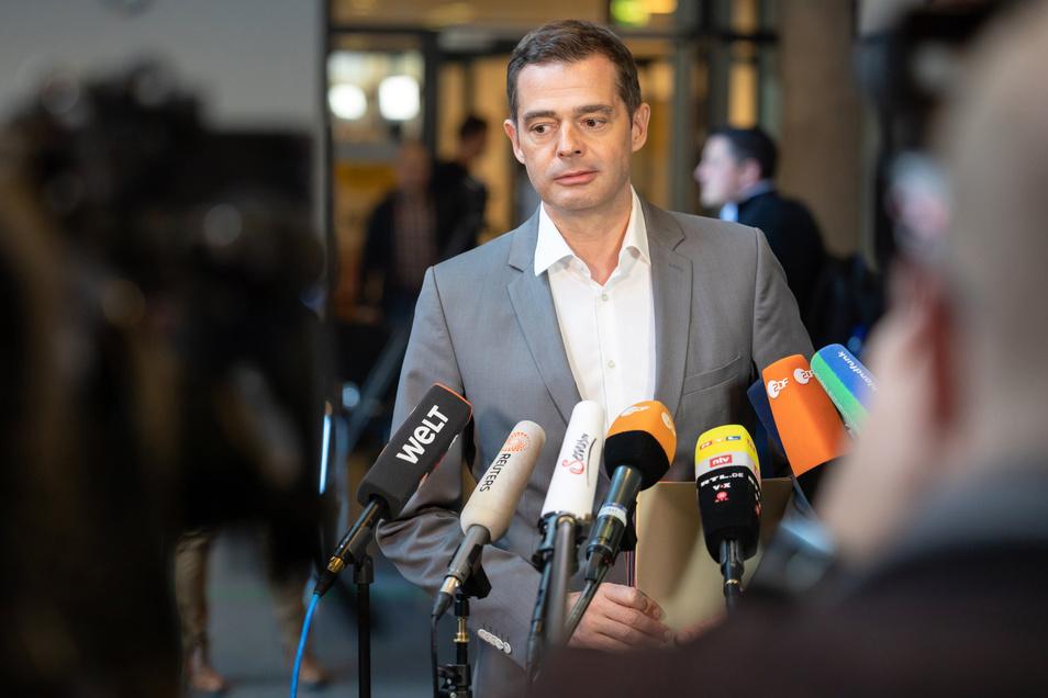 Mike Mohring wird bereits Anfang März als Vorsitzender der Thüringer CDU-Landtagsfraktion abtreten. Für den 2. März sei die Neuwahl des Fraktionsvorstandes vorgesehen, sagte Mohring am Mittwoch im Landtag in Erfurt.