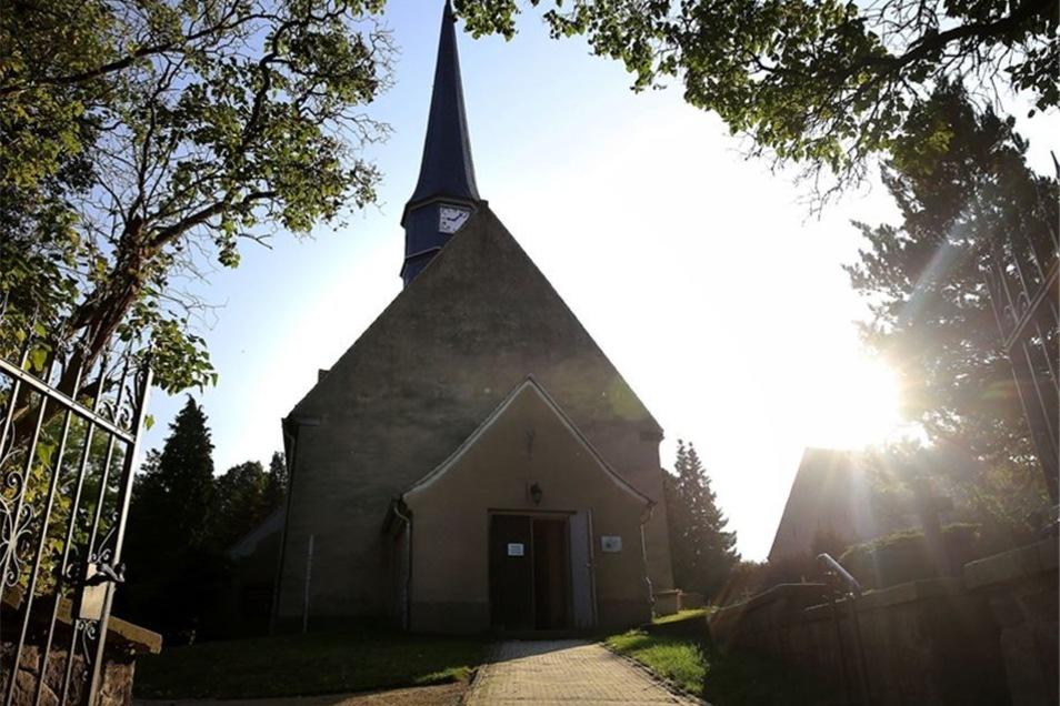 Die Langebrücker Kirche ist eins der ältesten Gotteshäuser in der Region. Es wurde 1280 als Wehrkirche gebaut. 1682 erhielt sie das heutige Aussehen, allerdings noch ohne den Glockenturm. Künstler Kristof Grunert gestaltet derzeit die Altarwand.