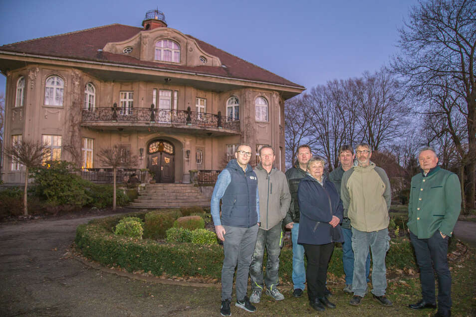 Der Ortschaftsrat von Uhsmannsdorf steht einhellig hinter dem Anliegen, die Werkstraße in Kurt-Künzel-Straße umzubenennen. Auch der jetzige Bewohner der Künzel-Villa (rechts) und der Chef des Glaswerkes (links) gehören zu den Unterstützern.