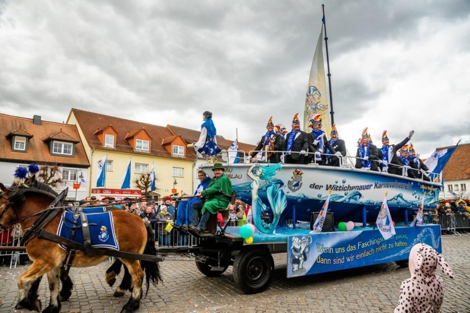 Die Kappenbrüder um Vereinspräsident Mathias Glaab (auf dem Wagen links) können wie hier beim Rosenmontagsumzug feiern, stemmen aber auch andere Aufgaben.