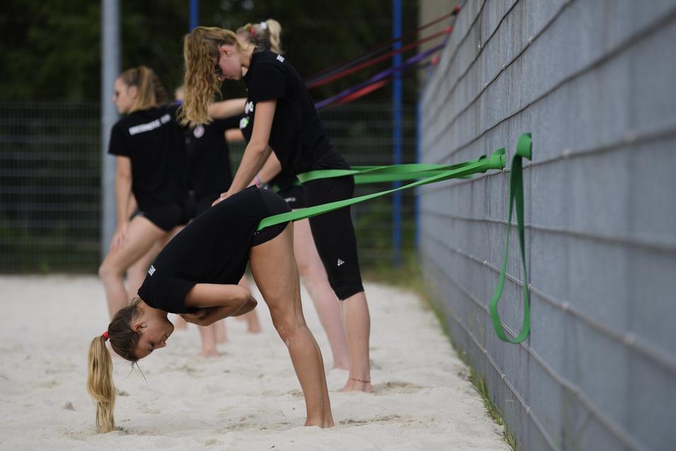 Auch so kann Volleyballtraining aussehen. Libero Lenka Dürr (vorn) und ihre Kolleginnen dehnt sich.