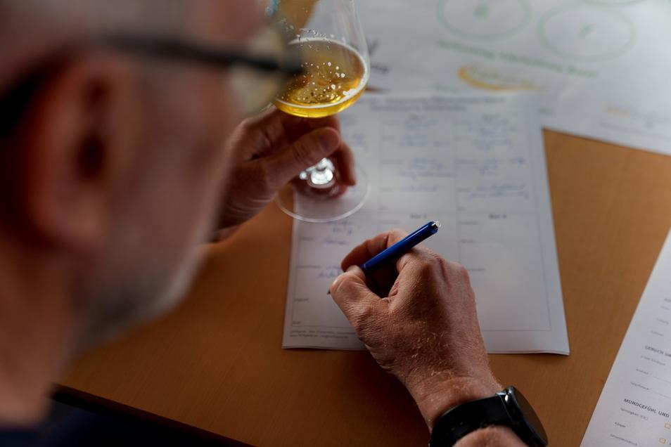 Riechen. schmecken, notieren: Bei einer Bierverkostung geht es darum, kleine Unterschiede zu entdecken.