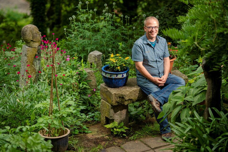Bildhauer Friedemann Dietzel sitzt in seinem Garten im Lößnitzgrund.