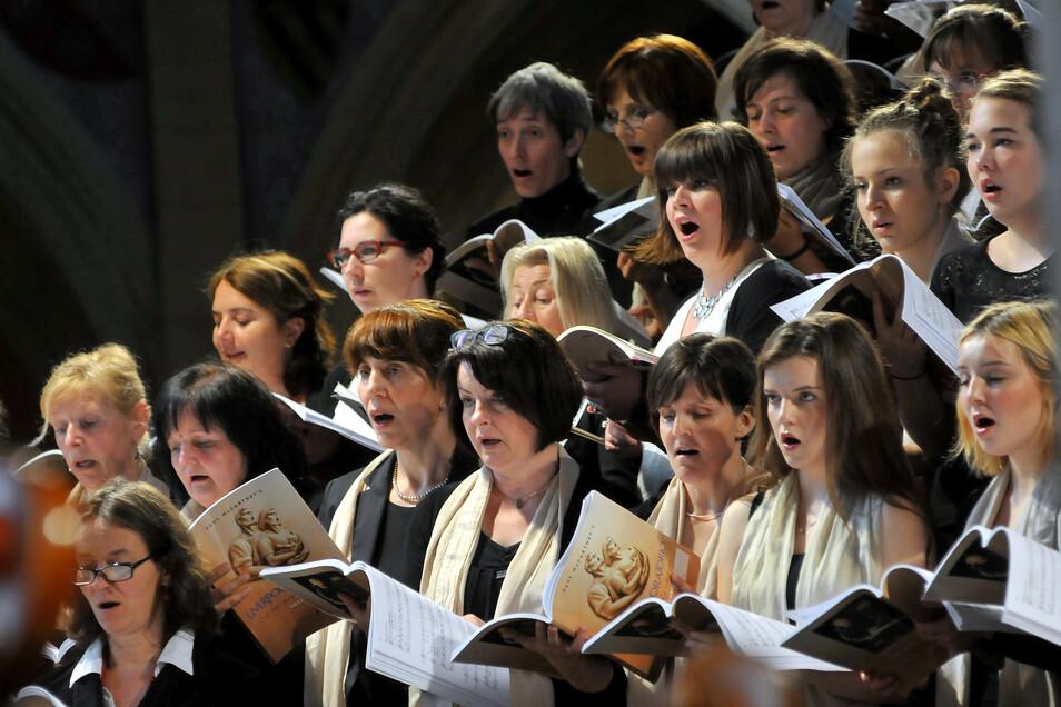 Eine Aufnahme aus Vor-Corona-Zeiten: Im Juni 2015 kam im Meißner Dom das Liverpool Oratorio von Paul McCartney mit zahlreichen Chören und großem Aufwand zur Aufführung.