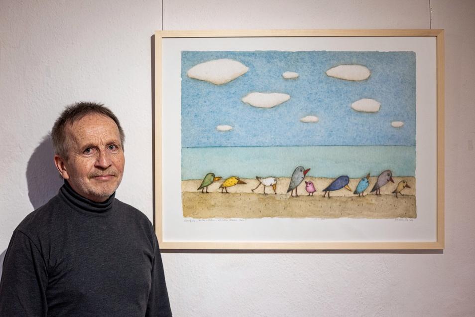 """Holger Koch mit seinem Bild """"Darf es, bitte schön, etwas Meer sein"""", in seiner Ausstellung auf Schloss Lauenstein."""