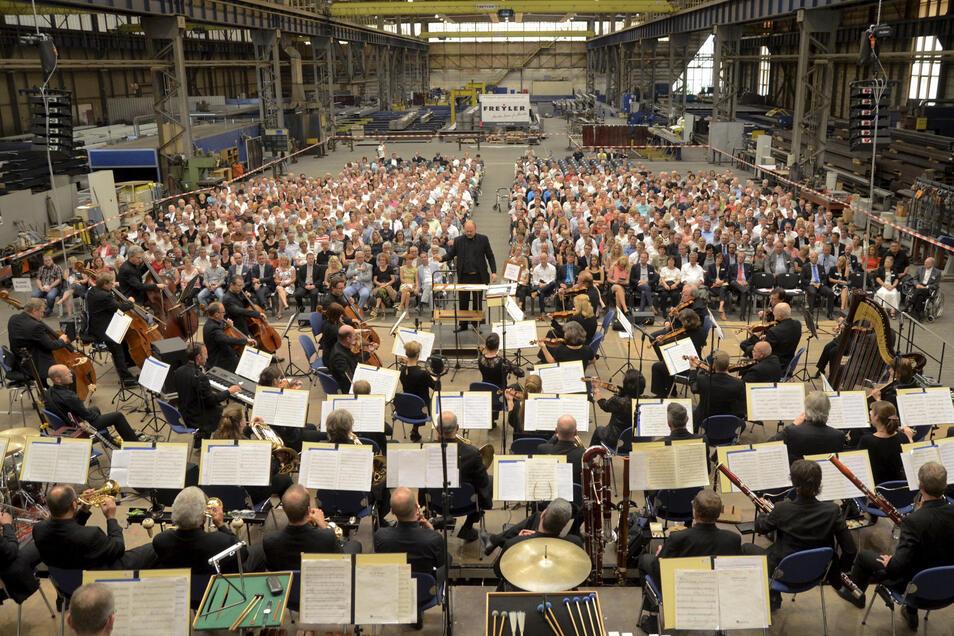 Das Orchester besucht die Industrie-Halle – erstmals unter neuem Namen: Zum Rime-Freyler-Konzert Ende Juni hat sich die Elbland Philharmonie neben der Singakademie Dresden auch den Konzertchor Riesa und den Jugendchor des Werner-Heisenberg-Gymnasiums eing