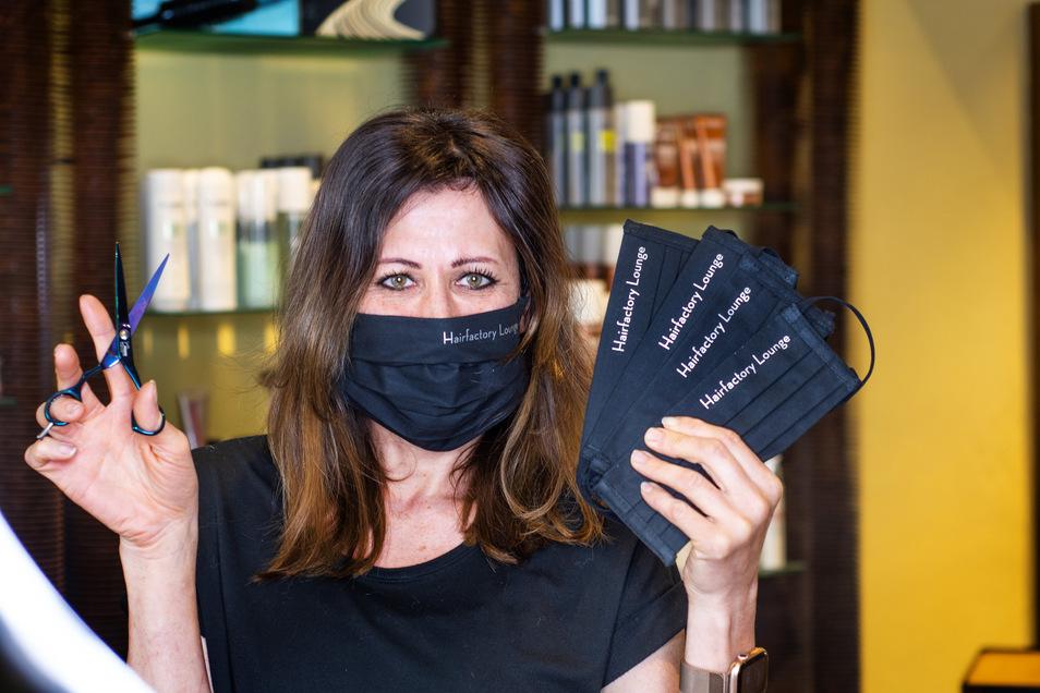 Alexandra Feil, Inhaberin der HairFactory, hat vorgesorgt. Unter anderem hat sie mit Unterstützung anderer Döbelner Geschäftsleute Mundschutze anfertigen lassen.