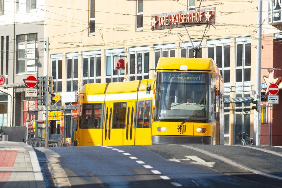 Die Sommerferien werden in Dresden genutzt, um zahlreiche Straßen zu erneuern. Für Bus- und Bahn-Fahrgäste heißt das: Umleitung fahren.
