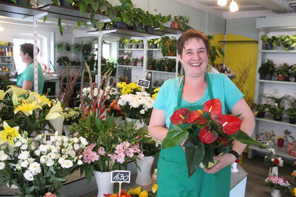 Zusammen mit ihrer Schwester Veronika Beil und ihrer Mutter Theresia Schneider verkauft Michaela Klamt an der Schirgiswalder Rathausstraße Blumen und Pflanzen.