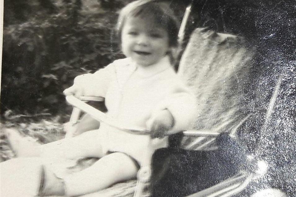 Dieses Foto zeigt Julia als Kleinkind. Möglicherweise erkennt jemand Ähnlichkeiten, hoffen die beiden Frauen.