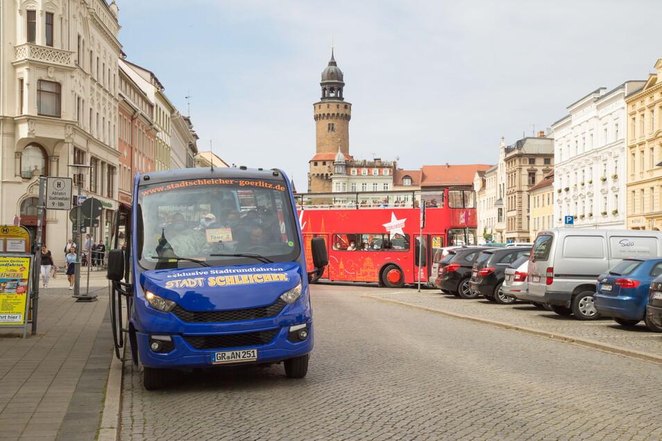 In Görlitz bieten verschiedene Unternehmen Stadtrundfahrten mit dem Bus an. Auf dem Obermarkt wird es deshalb eng.