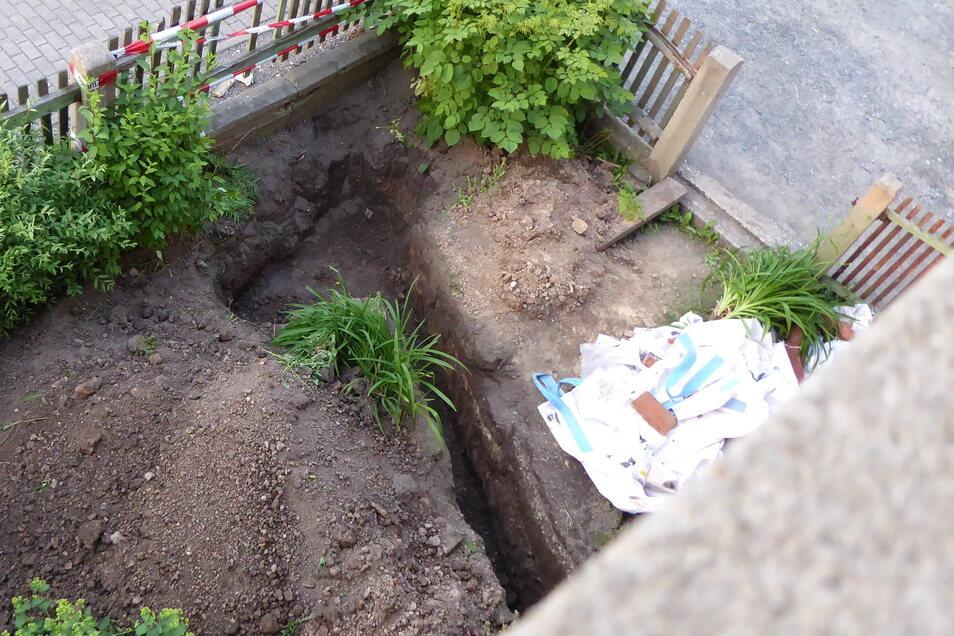 Der Fundort des Knochens und der Handgranaten. Gut zu erkennen ist, wie der Kabelgraben auf das ehemalige Soldatengrab trifft.