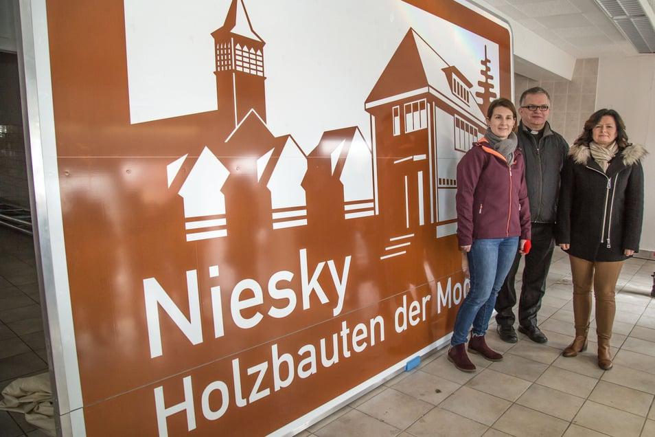 Claudia Wieltsch vom Wachsmannhaus, Pfarrer Krystian Burczek und Oberbürgermeisterin Beate Hoffmann haben das touristische Hinweisschild auf Niesky für die Autobahn bereits vor drei Monaten enthüllt. Nun wartet das Schild auf seine Aufstellung an der A4.