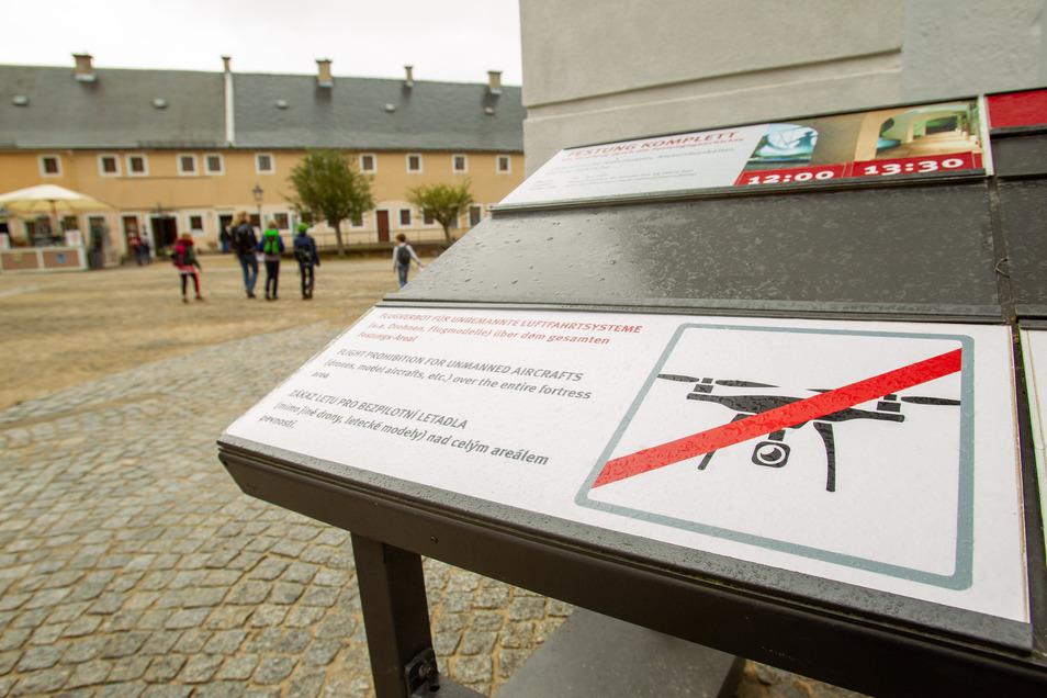 Verboten: Auf der Festung Königstein stehen mehrere Schilder, die auf das Drohnenflugverbot hinweisen. Nicht alle Besitzer solcher Flugobjekte halten sich daran.