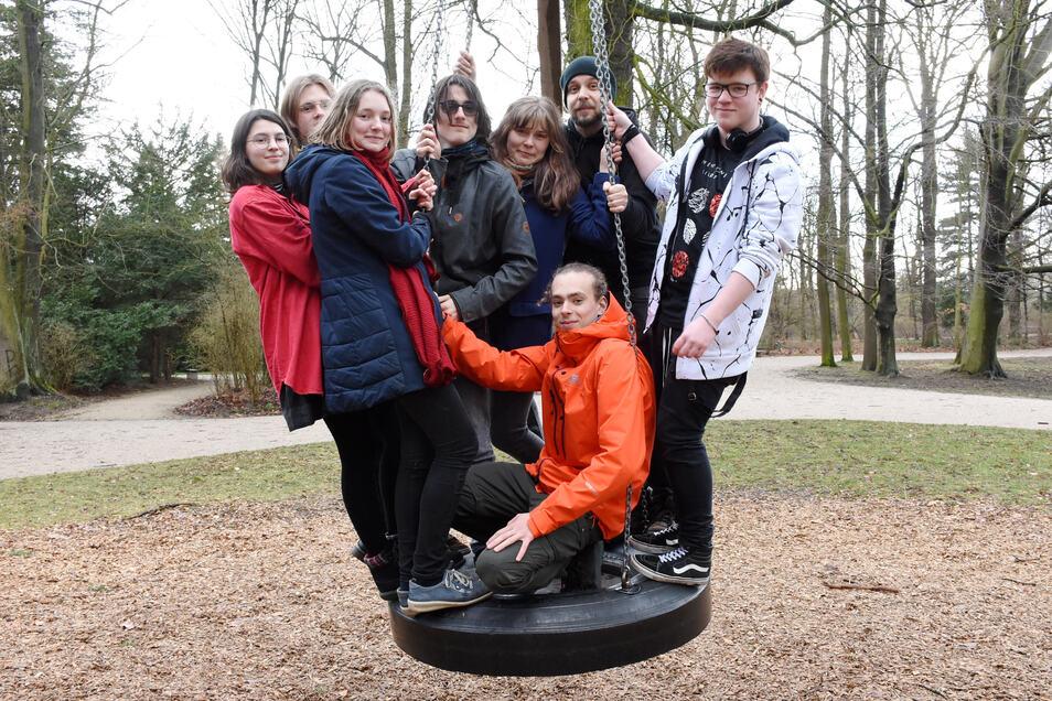 Ihr Protest war erfolgreich: Jupp Christophel (orangene Jacke) und die anderen jungen Leute dürfen die große Schaukel im Stadtpark Görlitz wahrscheinlich auch künftig nutzen.