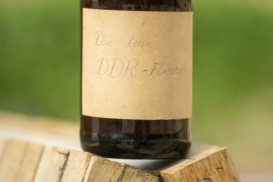 Eine Mitarbeiterin aus dem Labor hat die letzte Flasche beschriftet.